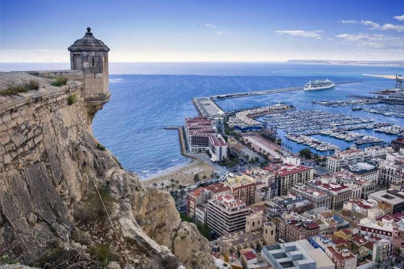 Alicante a los pies del castillo de Santa Bárbara