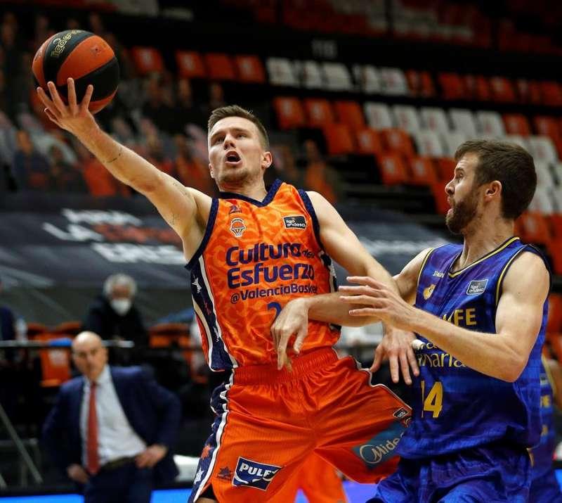 El base islandés Valencia Basket Martin Hermannsson (i) entra a canasta en un partido. EFE/Miguel Ángel Polo
