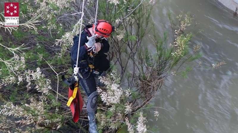 Un bombero durante la operación de localización y rescate de un cadáver en el río Mijares, en una imagen facilitada por el Consorcio Provincial de Bomberos. EFE