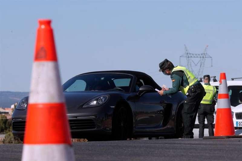Un agente de la Guardia Civil durante un control. EFE