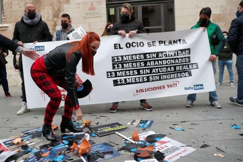DJs valencianos protestan ante las puertas del Palau de la Generalitat por su situación laboral debido a las restricciones causadas por la pandemia. EFE/Archivo