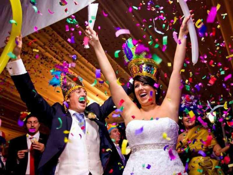 Momento cumbre de una celebración latina en la que todos los invitados gozan al son de canciones míticas. EPDA.