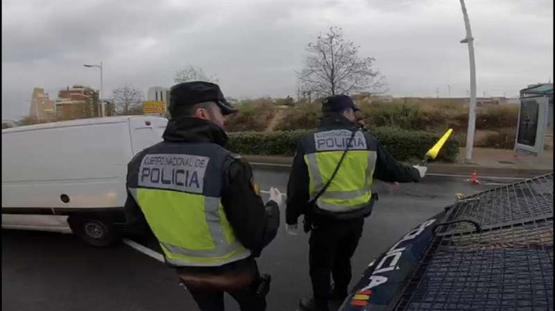 Uno de los controles con motivo del estado de alarma por la pandemia de coronavirus, en una imagen facilitada por la Policía Nacional