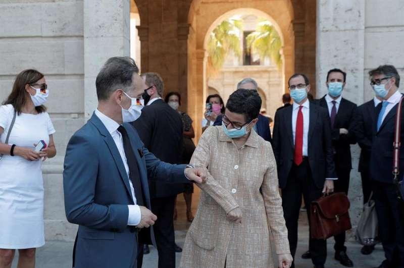 El ministro de Exteriores alemán, Heiko Maas, saluda a su homóloga, la ministra de Asuntos Exteriores, Unión Europea y Cooperación, Arancha González Laya. EFE
