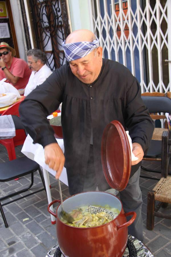 Un cocinero con una de las ollas. EPDA