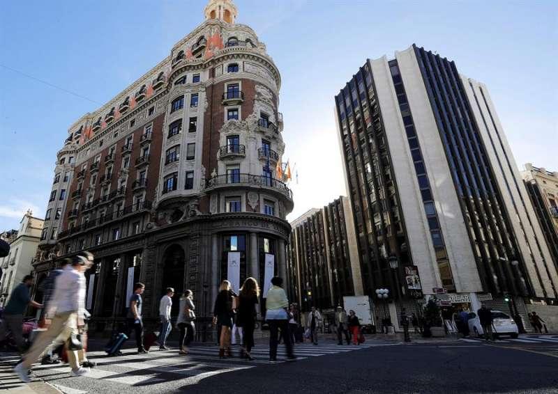 Fachada de la sede central de CaixaBank en València. EFE/Manuel Bruque/Archivo