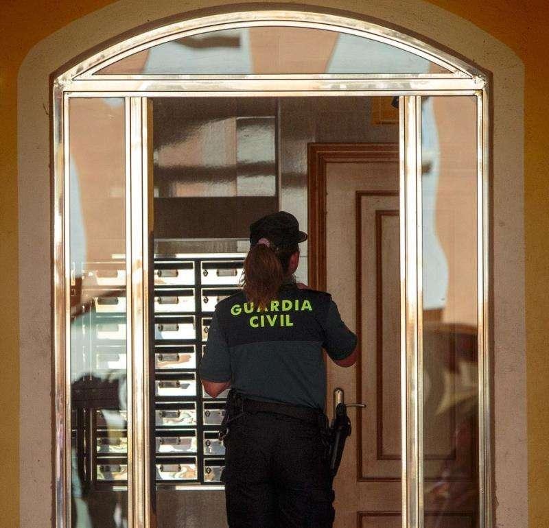 Portal de la casa donde ha ocurrido el crimen en Alboraya. EFE