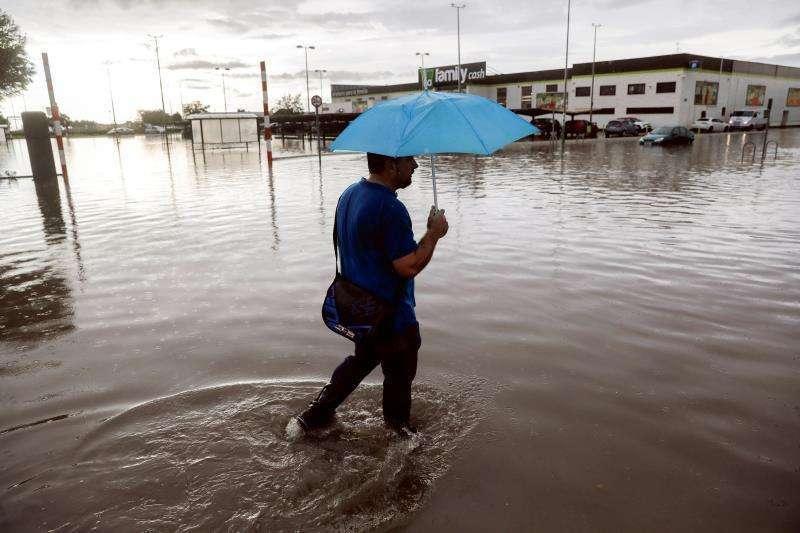 Vecino por una calle inundada. EFE