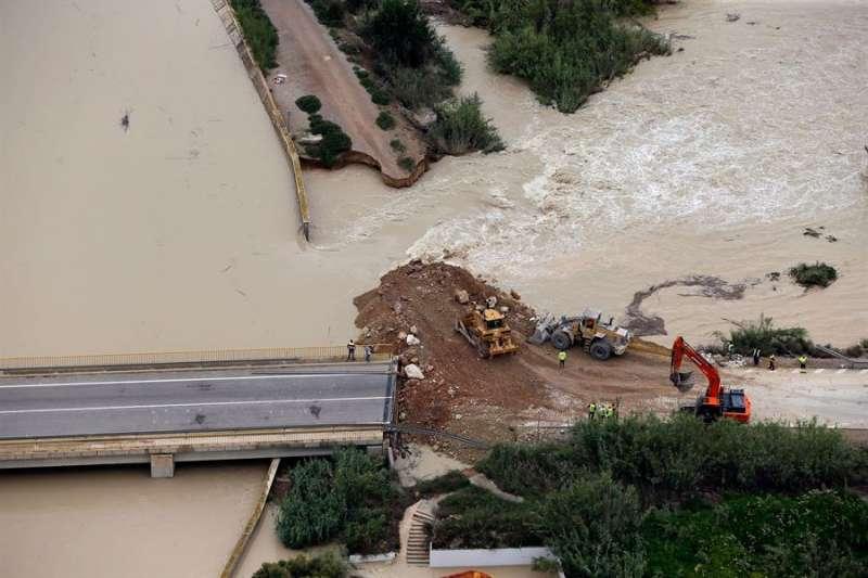 Almoradí (Alicante) con la rotura del dique del río Segura a causa de la gota fría de este septiembre. EFE/Manuel Lorenzo