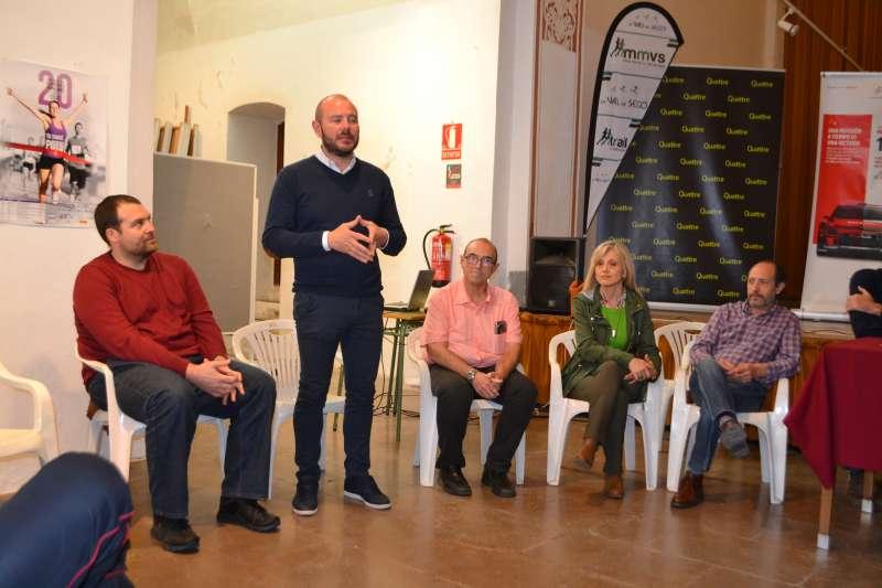 El vicepresidente segundo de la Diputación de València y alcalde de Faura con el resto de alcaldes de la comarca y el presidente del Club d