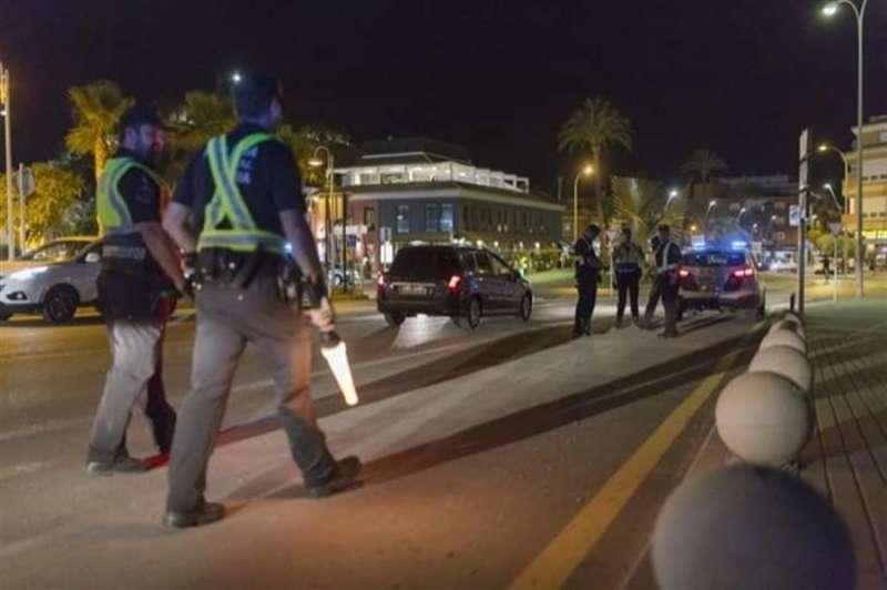 La Policía Local de Dénia, en una actuación contra el botellón, en una imagen compartida por el Ayuntamiento