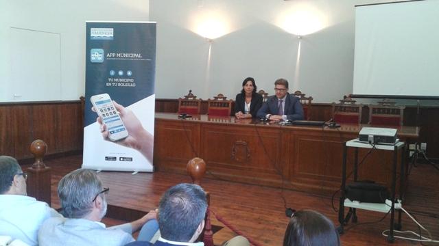 La alcaldesa y el diputado durante la presentación de la app. FOTO: DIVAL