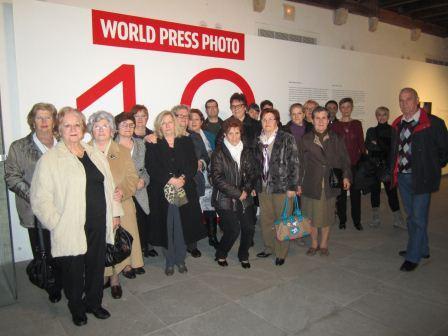 Más de treinta mujeres de Catarroja asisten a la exposición World Press Photo. EPDA