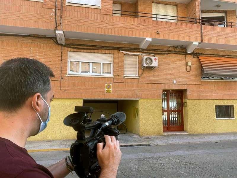 Un cámara graba el portal del edificio de la localidad de l