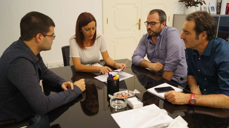 Els regidors de Vinalesa amb la vicepresidenta de la Diputació. FOTO EPDA