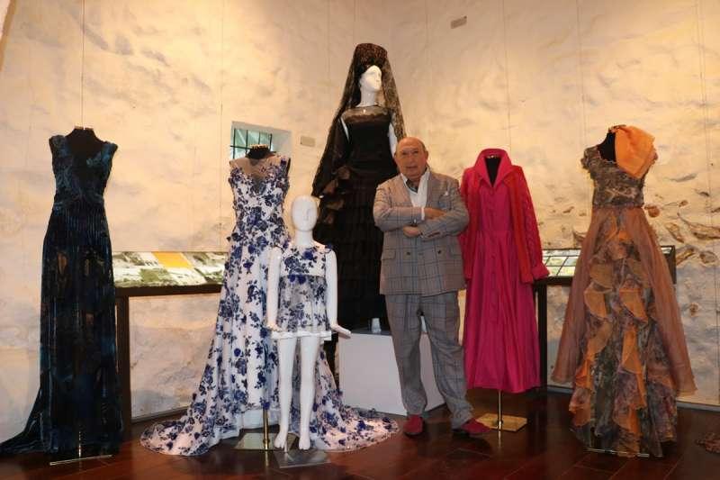 Francis Montesinos con parte de la exposición. / EPDA