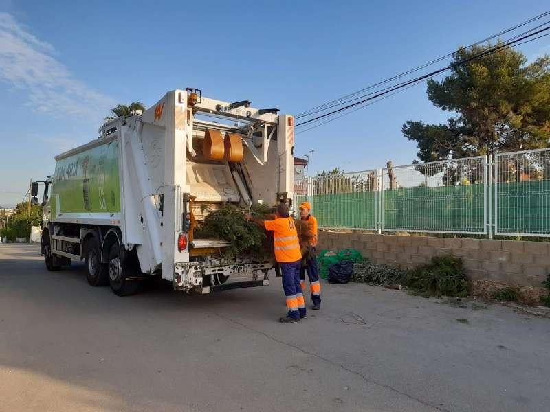 Operarios recogiendo restos de poda en Riba-roja. / EPDA