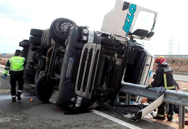 Una imagen de archivo de un accidente de tráfico en el que se vio implicado un camión. EFE