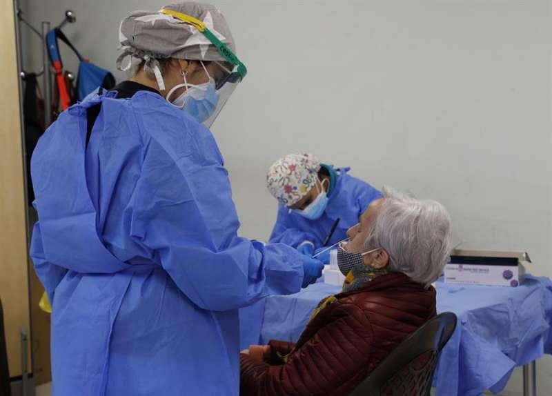 Personal sanitario realiza pruebas de antígenos en un centro de mayores. EFE