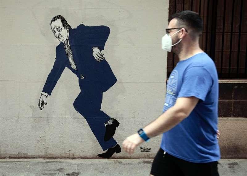 Un grafiti del rey emérito Juan Carlos I, firmado por el artista gallego apodado el Primo de Banksy en València. EFE