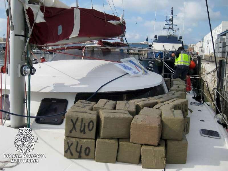 Incautación de droga en un catamarán.