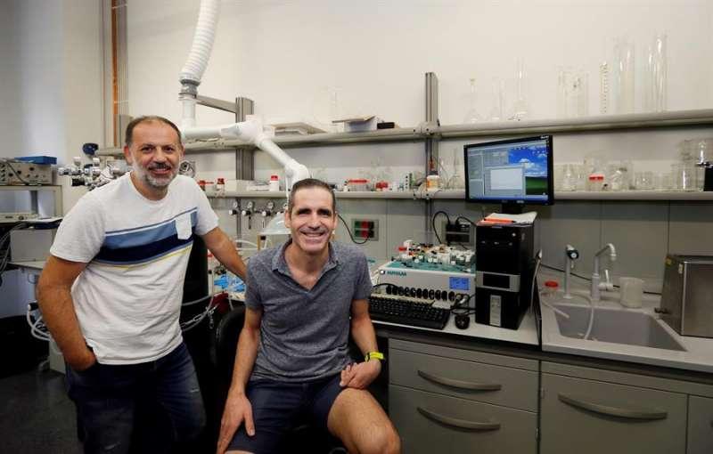 José Solla Gullón (dcha), y Francisco José Vidal Iglesias, investigadores del Instituto de Electroquímica de la Universidad de Alicante. EFE
