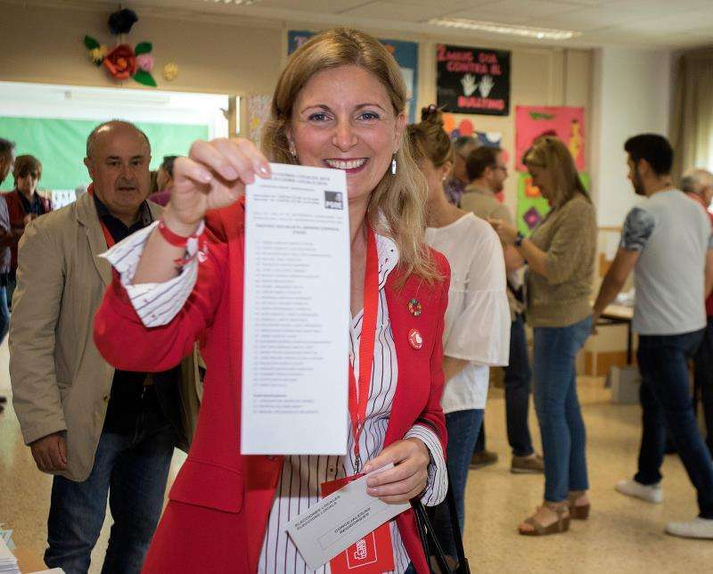 -La candidata a la alcaldía de Catellón por el PSPV, Amparo Marco, en su colegio electoral donde ha ejercido su derecho al voto.EFE