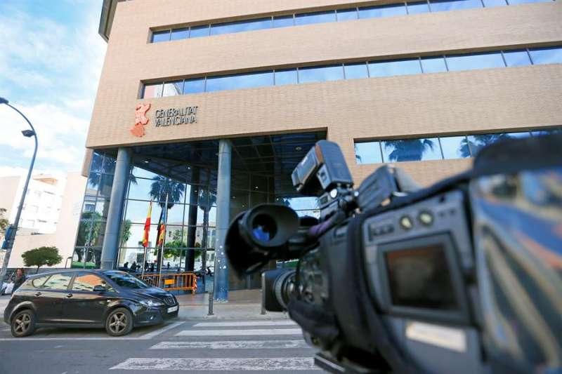 Las cámaras de televisión dirigen sus objetivos a las puertas de los juzgados de Alicante durante las deliberaciones. EFE/Manuel Lorenzo/Archivo
