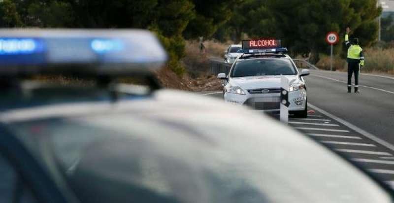 Un agente de la Guardia Civil da el alto a un vehículo en un control de tráfico en la provincia de Alicante. EFE/Manuel Lorenzo/Archivo./ EPDA