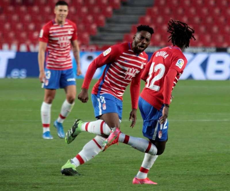El centrocampista portugués del Granada Domingos Quina celebra su gol al Elche. EFE