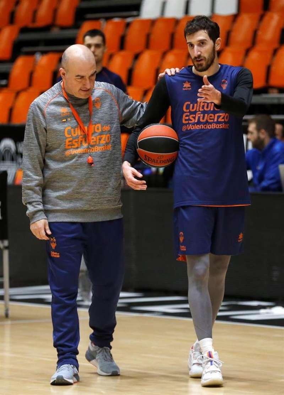 El entrenador de Valencia Basket, Jaume Ponsarnau, y Guillem Vives, durante un entrenamiento. EFE/Miguel Ángel Polo/Archivo