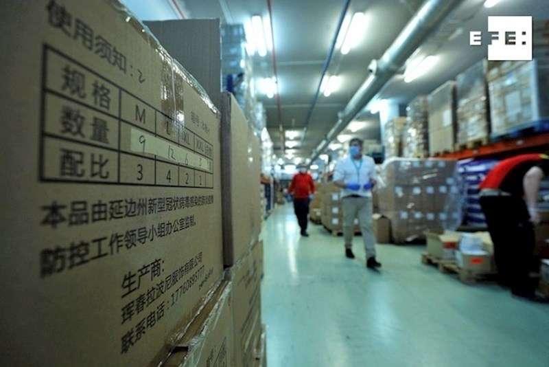 Operarios del hospital La Fe de Valencia, desembalan el material sanitario que llegó de madrugada procedente de China. EFE