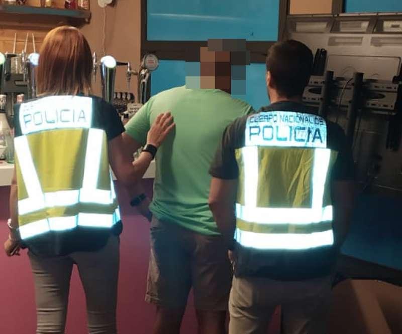 La Policía Nacional deteniendo a un hombre. EPDA