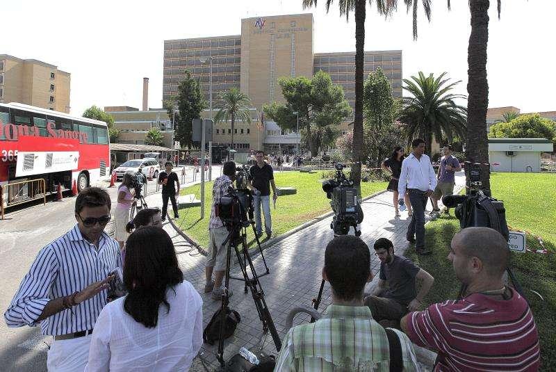 Medios de comunicación ante el antiguo hospital La Fe de Valencia. EFE/Archivo