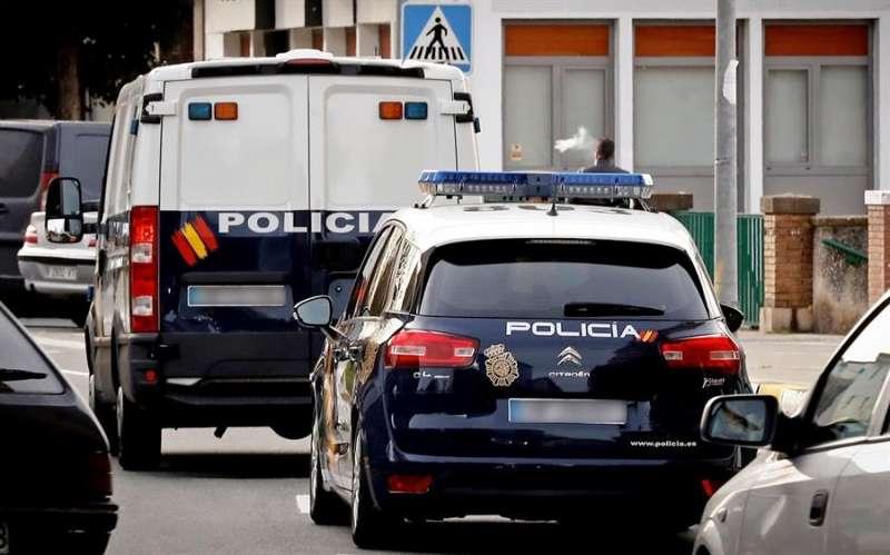 Furgón policial traslada a detenidos. EFE/Villar López/Archivo