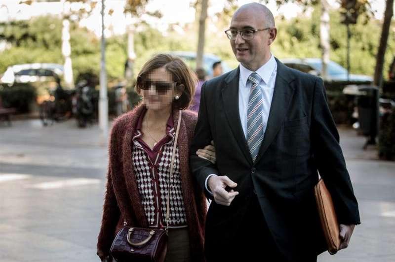 La empleada de la EMT de València Celia Zafra (i), que fue despedida tras conocerse el fraude de 4 millones de euros en esta empresa. EFE/ Biel Aliño/Archivo