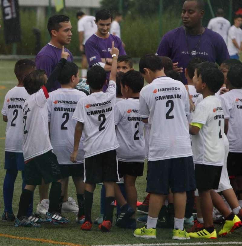 Un grupo de niños durante un entrenamiento de fútbol. EFE/Archivo