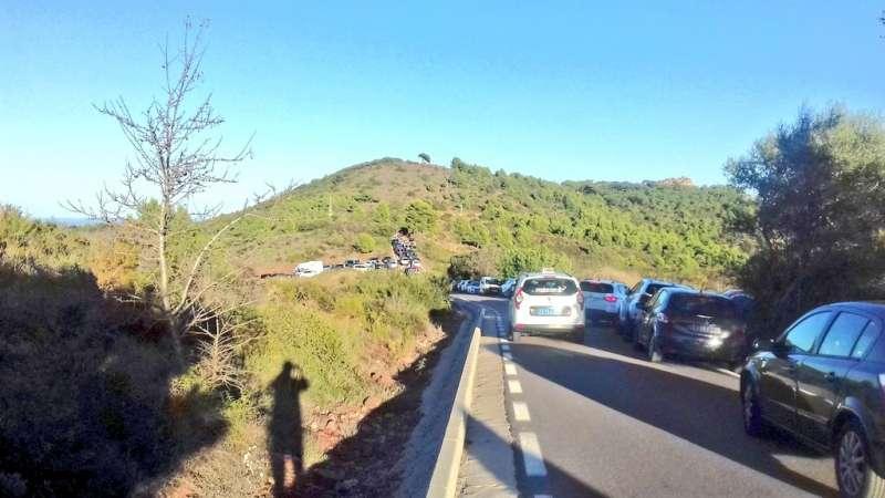 Acceso al mirador del Garbí congestionado por los vehículos. Foto: Roberto Sahuquillo