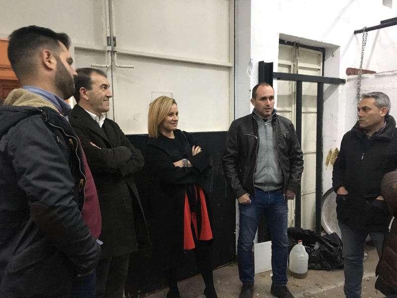 La portavoz del Partido Popular en la Diputación de Valencia, Mari Carmen Contelles, con taurinos a favor de la promoción del toro de cuerda de Chiva. EPDA