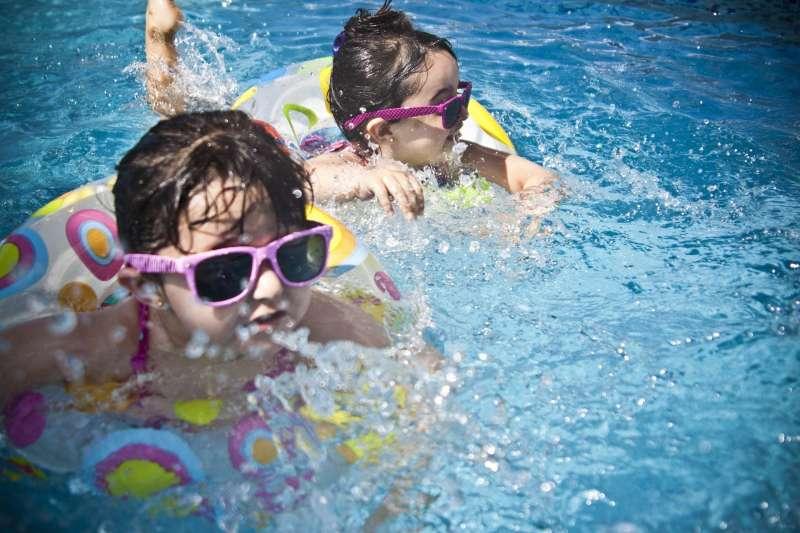 Dos niños nadan en una piscina