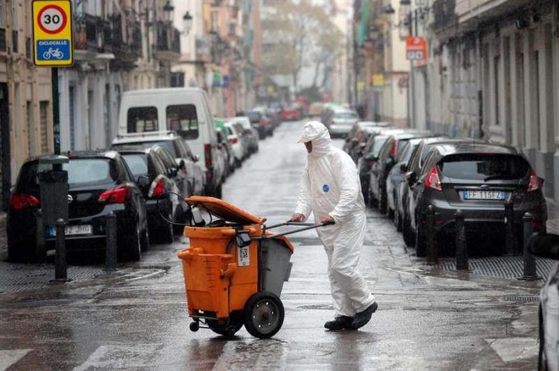 Un operario de recogida de basura, hoy en Valencia. EFE