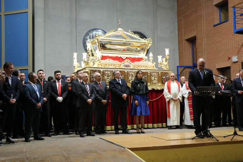 El equipo de gobierno junto a miembros de la Hermandad y el Santo Sepulcro. EPDA