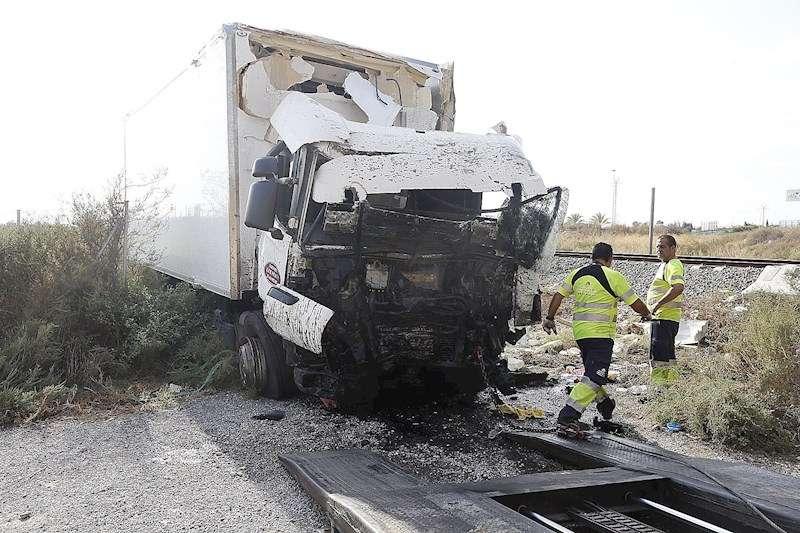 Imagen de archivo de un camión accidentado. EFE