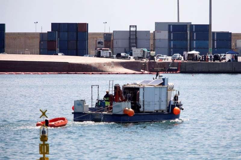 Imágenes de la búsqueda del segundo de los desaparecidos tras volcar el buque