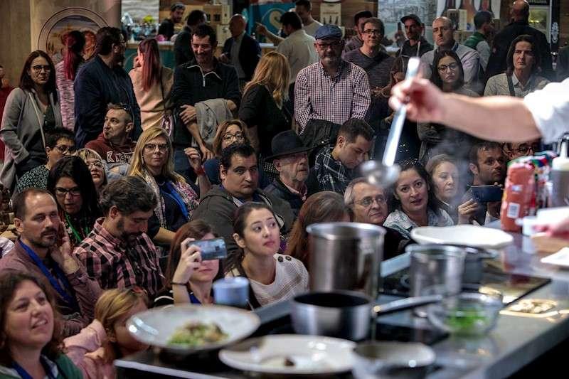 El público asistente a la feria de gastronomía Gastrónoma 2019, atiende a una exhibición culinaria. EFE/ Biel Aliño