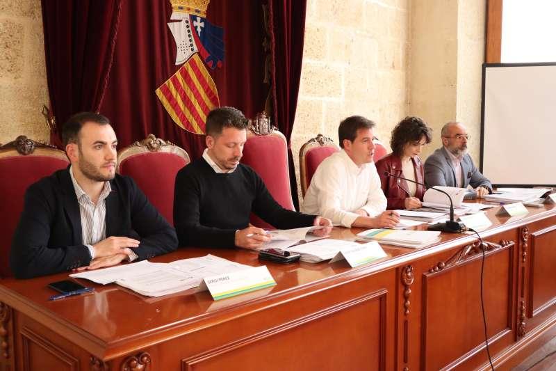 Una mesa de la asamblea de COR, presidida por el alcalde de Xàtiva, Roger Cerdà. EPDA