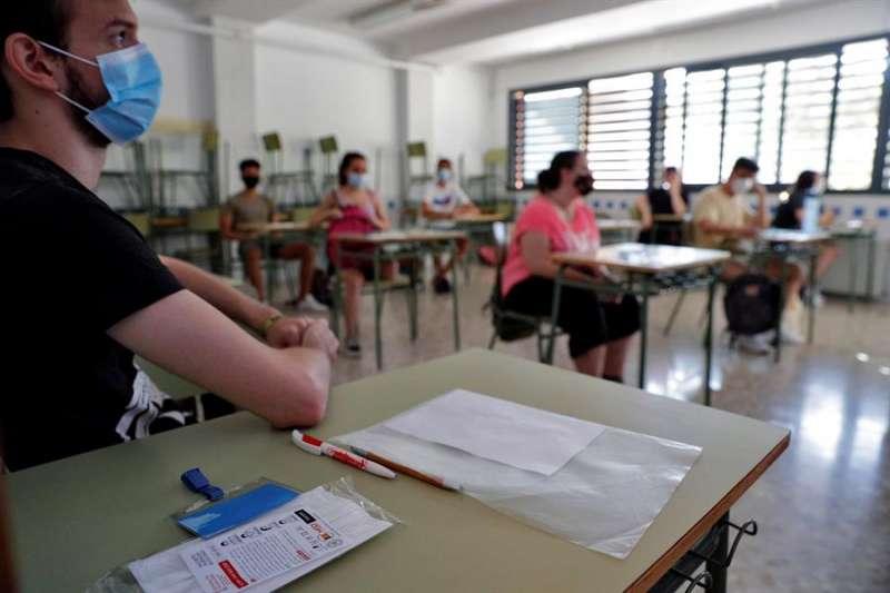 Estudiantes del IES Benlliure de Valéncia se disponen a comenzar su prueba de acceso a la universidad el pasado 7 de julio. EFE/Manuel Bruque