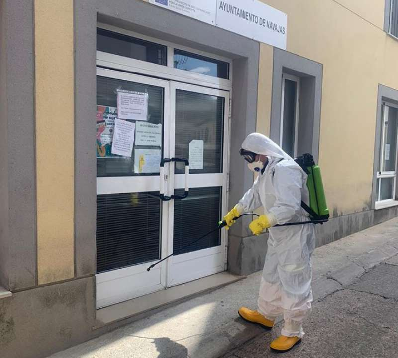 Desinfección a las puertas del Ayuntamiento de Navajas