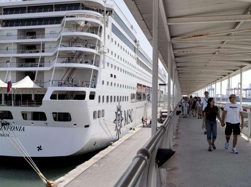 Un crucero atracado en el puerto de Valencia.