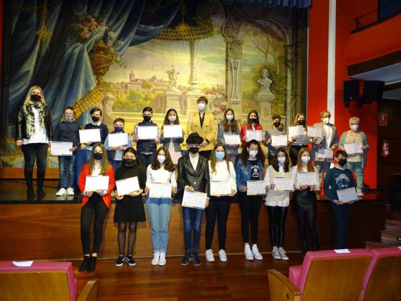 La alcaldesa y la concejala de cultura con los premiados